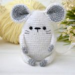 Easy Crochet Wee Mouse. Crafted in a light grey || thecrochetspace.com