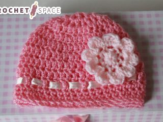 Easy Crocheted Baby Hat With Flower || thecrochetspace.com
