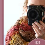 Easy Fall Crochet Cowl. Image of woman taking a selfie and wearing the cowl || thecrochetspace.com