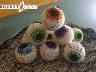 Easy Halloween Crochet Eyeballs || thecrochetspace.com