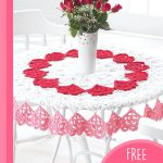 Easy Heart Crochet Tablecloth. White, lace, round tablecloth with red hearts || thecrochetspace.com