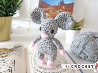 Easy Mini Crochet Mouse || thecrochetspace.com