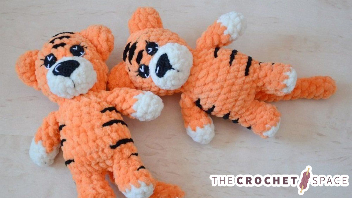 Easy Mini Crochet Tiger. Two tigers laying down || thecrochetspace.com