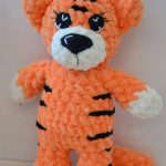 Easy Mini Crochet Tiger. One mini tiger standing || thecrochetspace.com