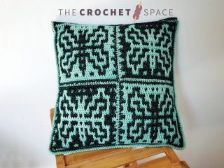 Easy Mosaic Crochet Pillow || thecrochetspace.com