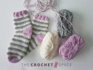 Adult Summer Crochet Socks || thecrochetspace.com