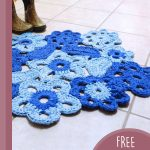Free-form Crochet Flower Rug. Close up of rug || thecrochetspace.com