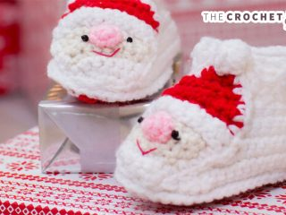 Fun Santa Crocheted Slippers || thecrochetspace.com