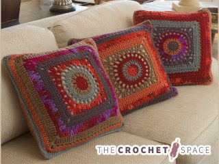 Granny Circle Crochet Pillow || thecrochetspace.com