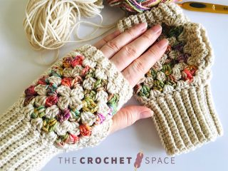 Granny Fingerless Crochet Mitts || thecrochetspace.com