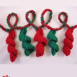 Holiday Crochet Streamer Garland. streamers in red and green || thecrochetspace.com