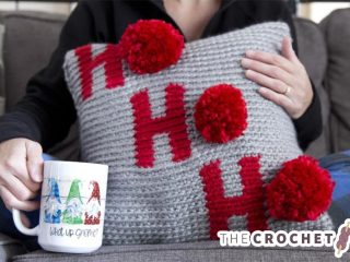 Holiday Ho Crochet Pillow || thecrochetspace.com