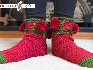 Holiday Ho Crochet Socks || thecrochetspace.com