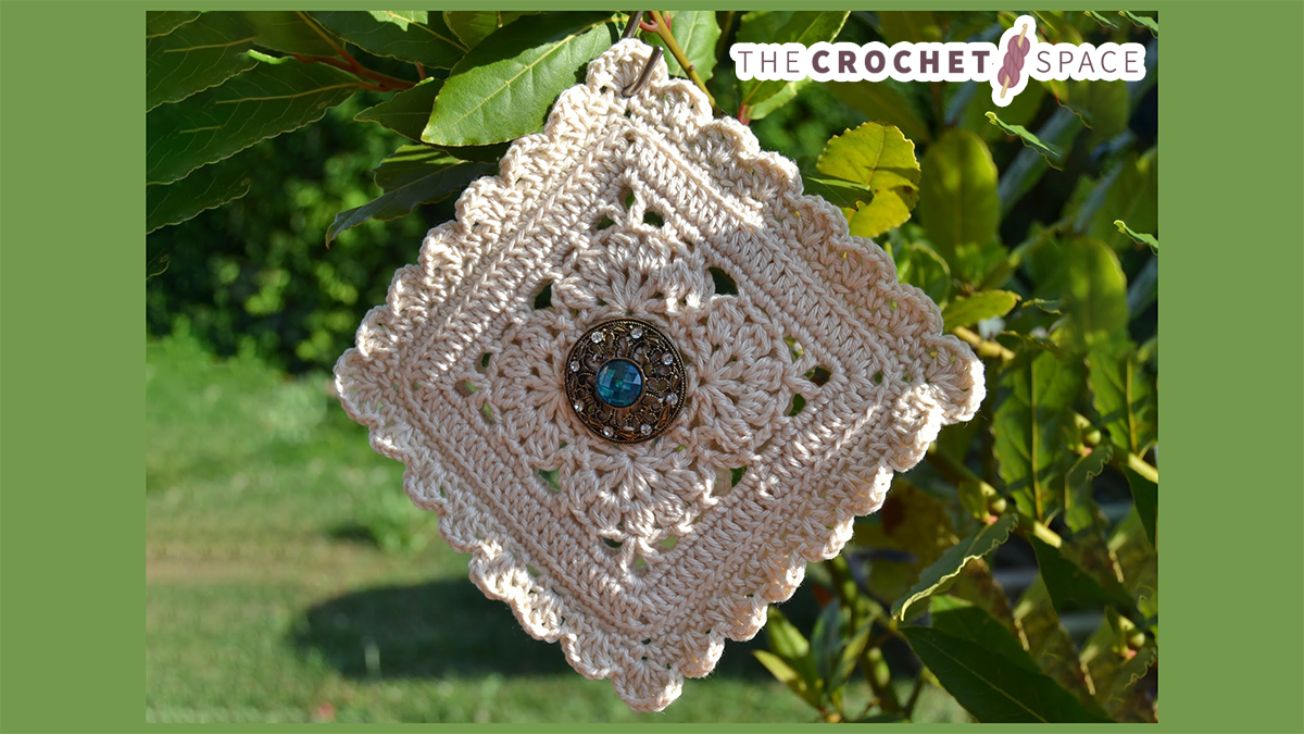 Inside Flower Crochet Square || thecrochetspace.com