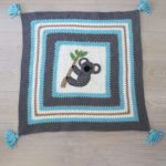 Kute Koala Crochet Blanket. Crafted in blues and greys with large Koala accent in the center || thecrochetspace.com