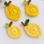 Lemon Squeezy Crochet Accent. Four lemons with short stalk and leaf || thecrochetspace.com