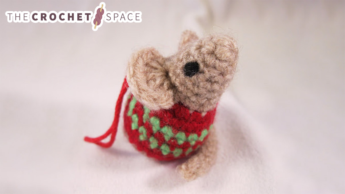 Little Crochet Christmas Mouse || thecrochetspace.com