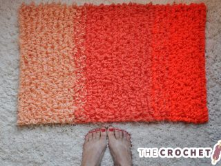 Looped Ombre Crochet Rug || thecrochetspace.com