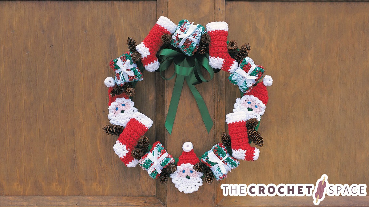 Merry Christmas Crocheted Wreath || thecrochetspace.com
