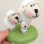 Micro Crochet Shirley Sheep. 3x different sized sheep on a green crochet circle stand || thecrochetspace.com