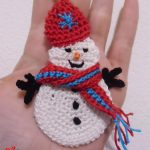 Olaf Crocheted Snowman for Christmas. Snowman with hat and scarf || thecrochetspace.com
