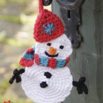 Olaf Crocheted Snowman for Christmas. With Red hat and red and blue scarf || thecrochetspace.com