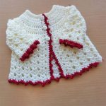 Picot Crochet Baby Cardigan. Beautiful newborn baby cardigan with picot edging in deep red || thecrochetspace.com