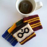 Potter Crochet Mug Cozy. Pair of round glasses and lightning strike on background || thecrochetspace.com