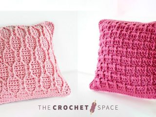 Pretty 'N Pink Crocheted Pillow || thecrochetspace.com