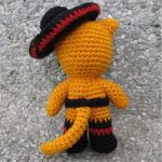 Puss In Crochet Boots. Rear View. Tilted sombrero on head || thecrochetspace.com
