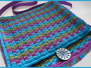 Retro Crochet Messenger Bag || thecrochetspace.com