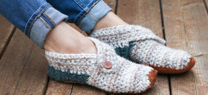 Scandi Sunday Crochet Slippers || thecrochetspace.com