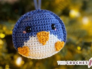 Seasonal Crochet Penguin Ornament || thecrochetspace.com