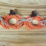 Seasonal Pumpkin Crochet Garland. Close up of two pumpkin motifs || thecrochetspace.com