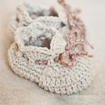 Seriously Cute Crochet Slippers. Scallopped edging at top of bootie. Bow at front of slipper which can be used to tighten and fit || thecrochetspace.com