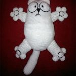 Simon's Amigurumi Cat Hugh. Big, fat white cartoon cat. Front view || thecrochetspace.com