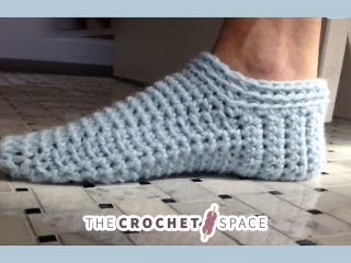 Simple Spa Crochet Slippers || thecrochetspace.com