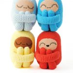 Sleep-Tight-Crochet-Curlie. 2 on top of 2. All clutching knees. All different colors || thecrochetspace.com
