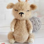 Sleepy Amigurumi Reindeer Buddy. Sitting uprights and crafted in beige || thecrochetspace.com