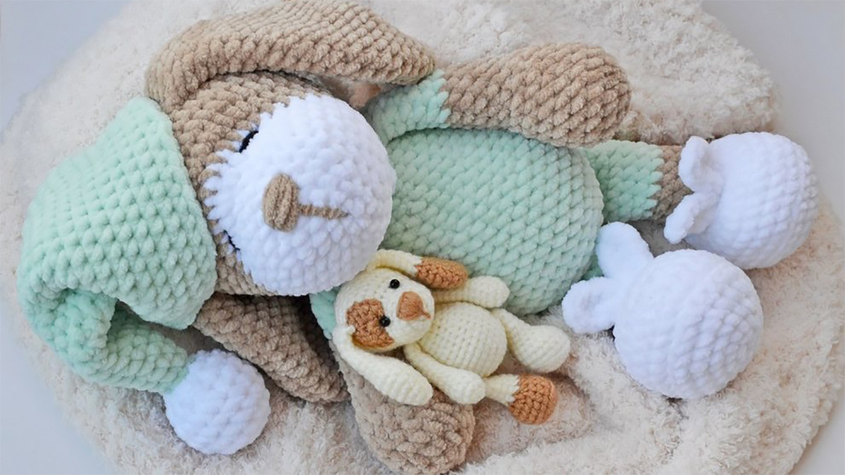 Sleepy Sonia Crochet Dog || thecrochetspace.com