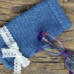 Smart Crochet Glasses Pouch with preety white lace bow on the side || thecrochetspace.com
