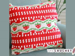 Strawberry Tapestry Crochet Pillow || thecrochetspace.com