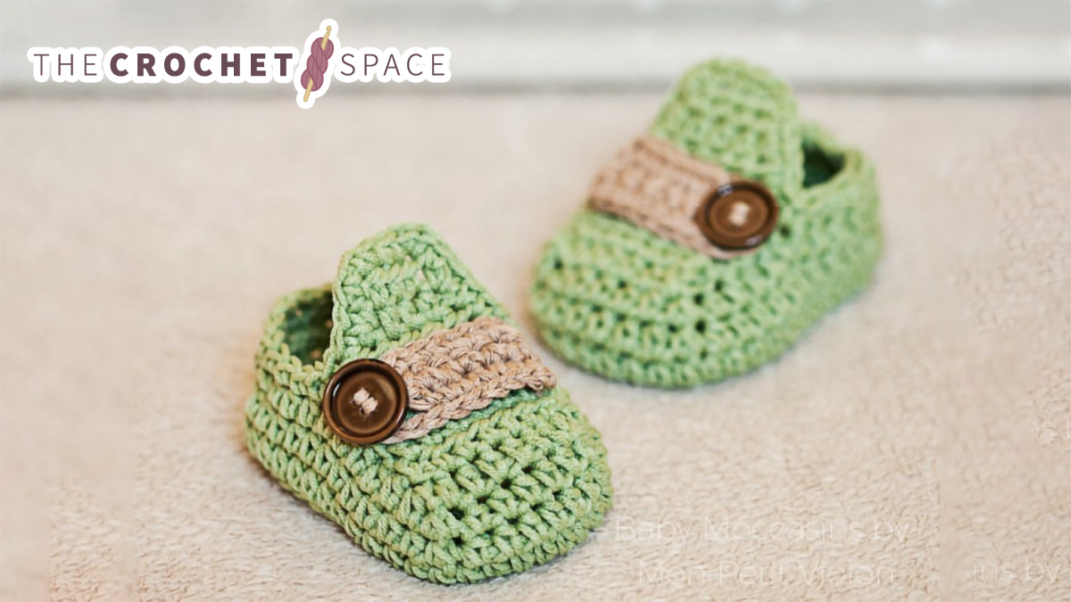 Stylish Crochet Baby Moccasins || thecrochetspace.com