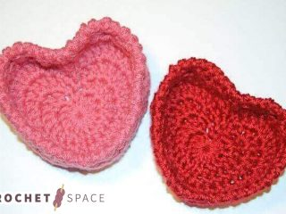 Sweet Crocheted Hugs And Kisses Baskets || thecrochetspace.com