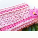 Sweetest Pea Crochet Headband. Image close up. Crafted in two shades of pink || thecrochetspace.com
