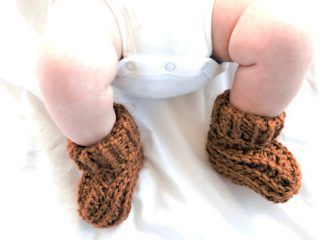 Textured Baby Crochet Booties || thecrochetspace.com