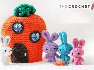 Travelling Amigurumi Rabbit Family || thecrochetspace.com