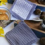 Typical Tunisian Crochet Potholder. Double image of potholder with and without color contrasting || thecrochetspace.com