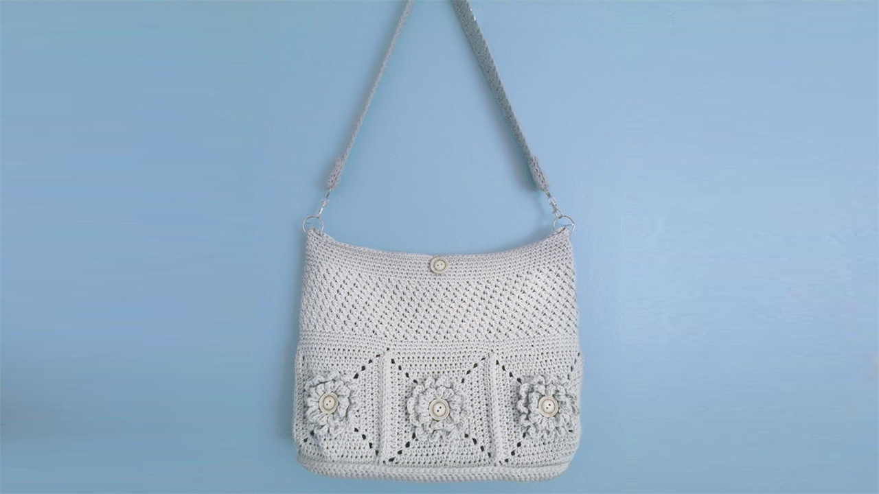 Wildflower Crochet Shoulder Bag || thecrochetspace.com
